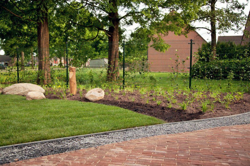 Groene, natuurlijke en strakke tuin